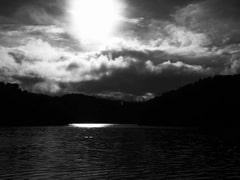 暁の空が輝く静寂の中にある意味不明な人たちの運命の及び事。つまりそれは意味不明だということなのだ!